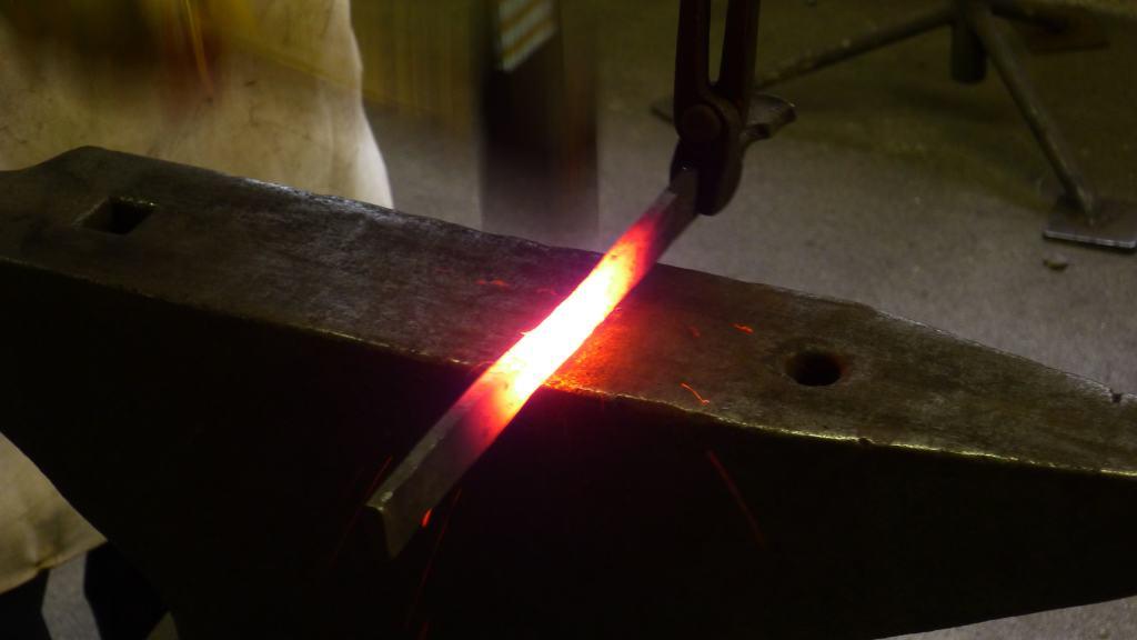 Impressionen Metallatelier Thomas Levin Glühendes Eisenstück auf Amboss